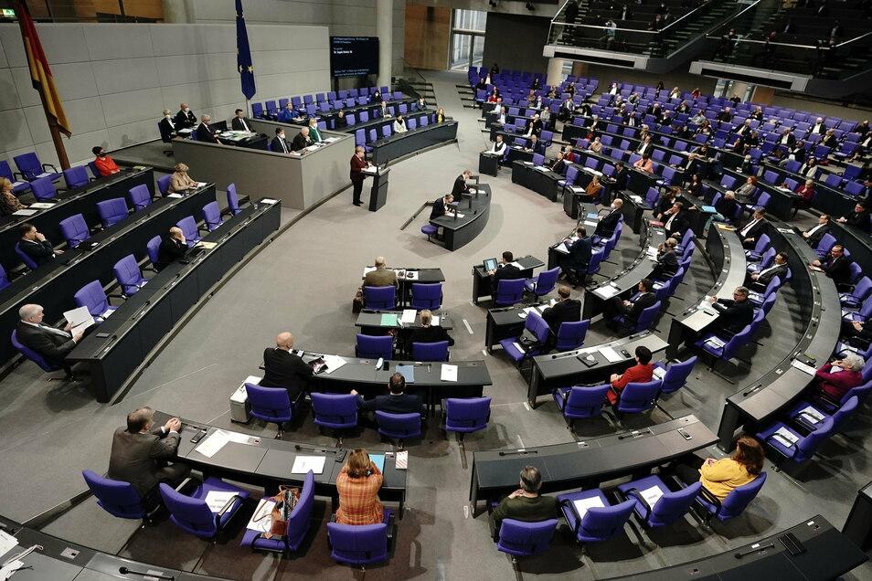 Der Bundestag lauscht der Regierungserklärung der Kanzlerin.