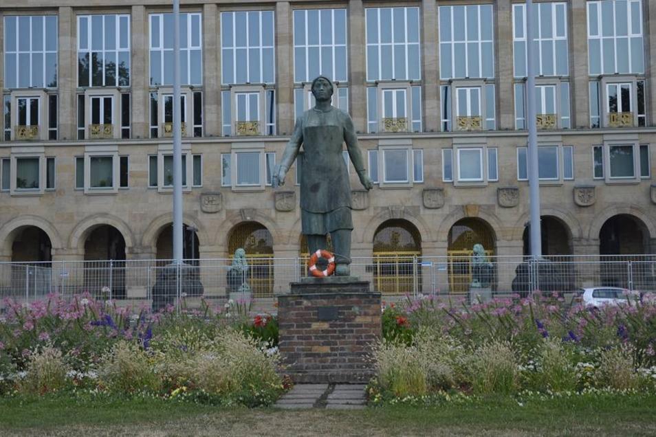 In Dresden sind an zahlreichen Orten Rettungsringe befestigt worden.