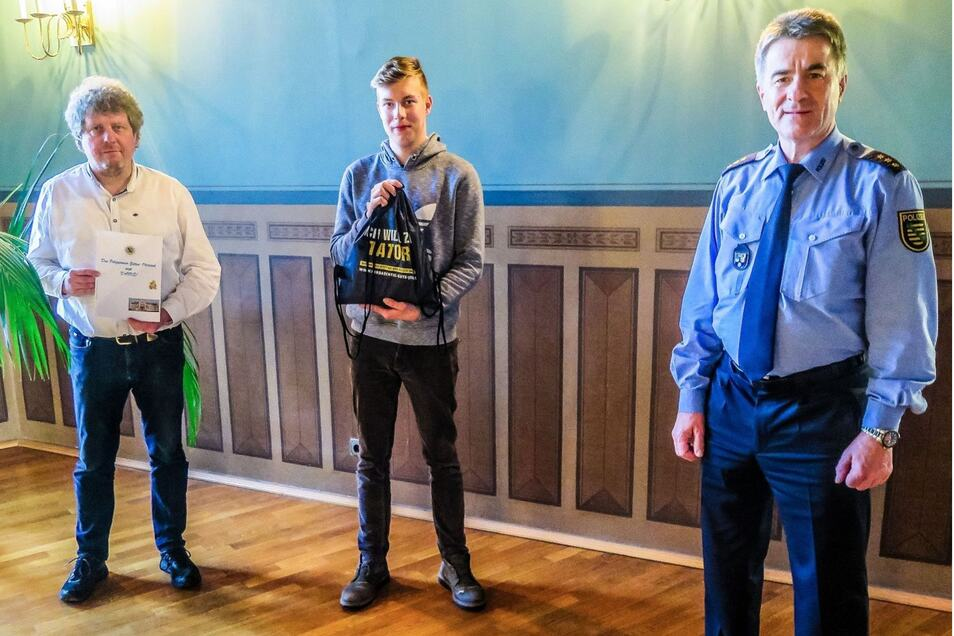 Die Leiter Carsten Weber vom Polizeirevier Zittau-Oberland (rechts) und Pierre Junghans vom Kommissariat für Eigentumsdelikte (links) dankten dem 18-Jährigen.