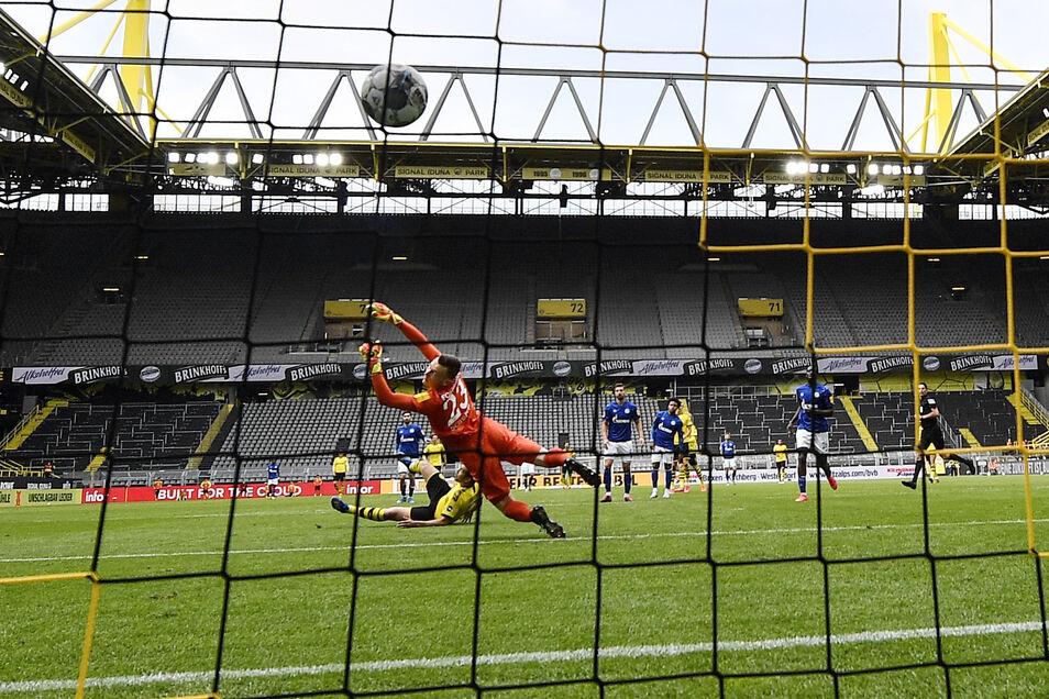 Der Schlusspunkt: Raphael Guerreiro trifft zum 4:0 für den BVB, Schubert hat erneut das Nachsehen. Foto: dpa/Martin Meissner