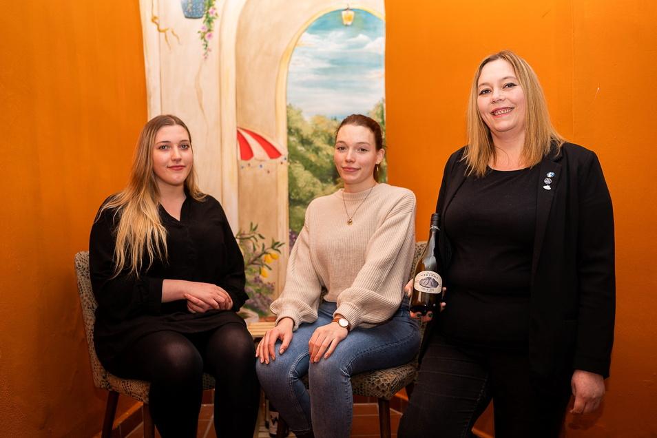"""Franka und Johanna Metzner sowie ihre Mutter Diana Klaus-Metzner betreiben die Weinstube """"Weiberwirtschaft"""" in der Görlitzer Neißstraße."""