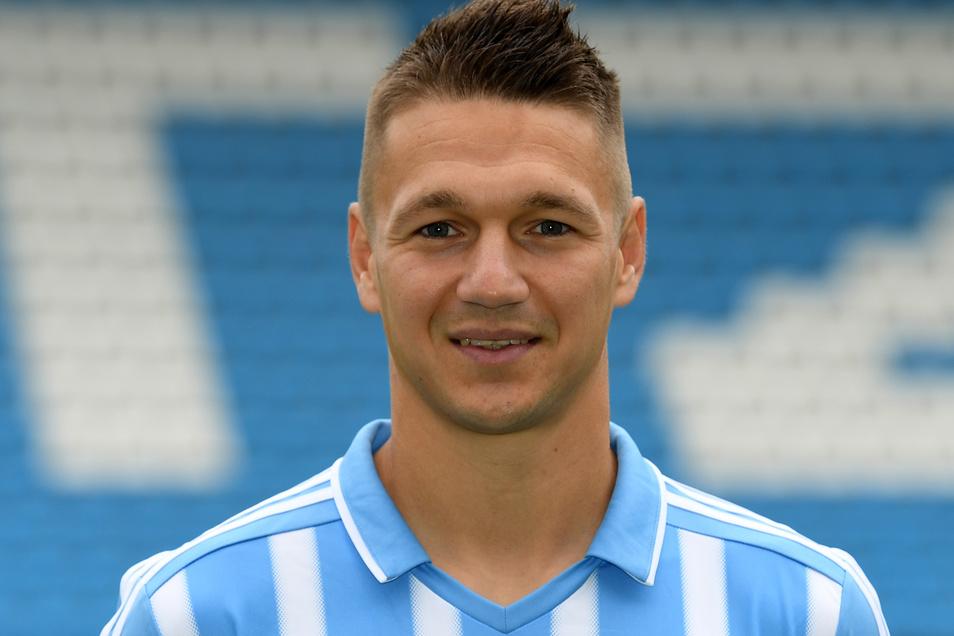 """Daniel Frahn wurde beim Chemnitzer FC im August 2019 entlassen, nachdem er ein T-Shirt mit der Aufschrift """"Support your local Hools"""" hochgehalten hatte."""