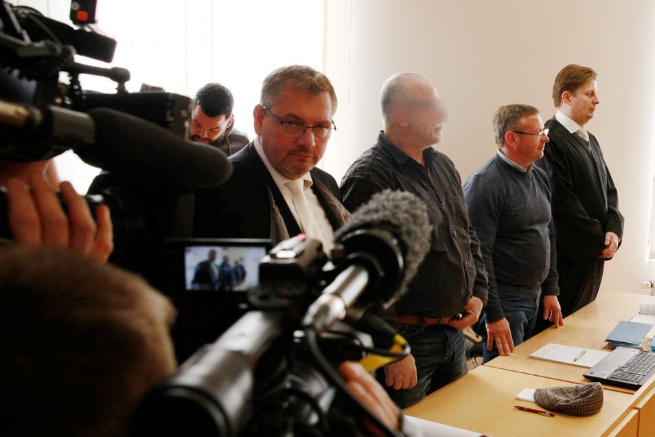 Detlef Oelsner (2.v.r.) war früher in der CDU. Noch vor dem Prozess am Amtsgericht Kamenz wendete er sich der AfD zu. Die Staatsanwaltschaft hatte ihn wegen Freiheitsberaubung angeklagt.