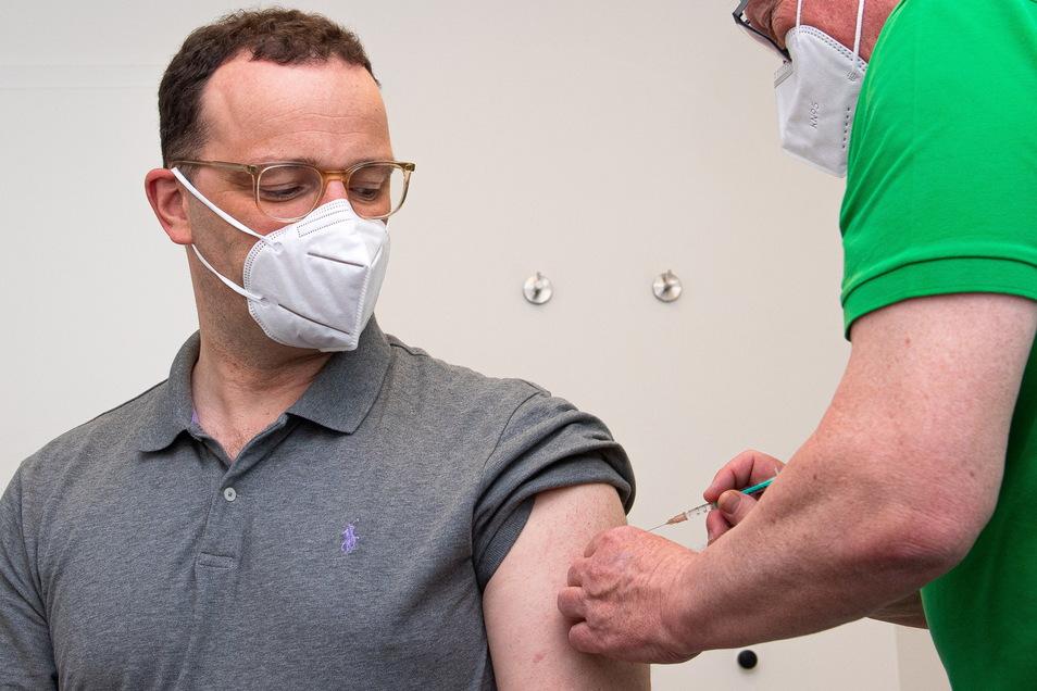 Bundesgesundheitsminister Jens Spahn (CDU) wird in einer Hausarztpraxis mit dem Impfstoff Astrazeneca geimpft.