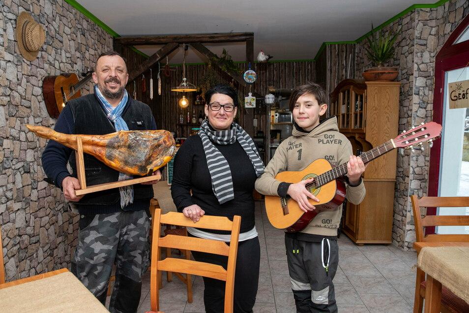 Wollen ein Stück spanisches Lebensgefühl nach Königstein bringen: Kai und Beatriz Hetzke (beide 48) mit ihrem Sohn Iván Flores (12).