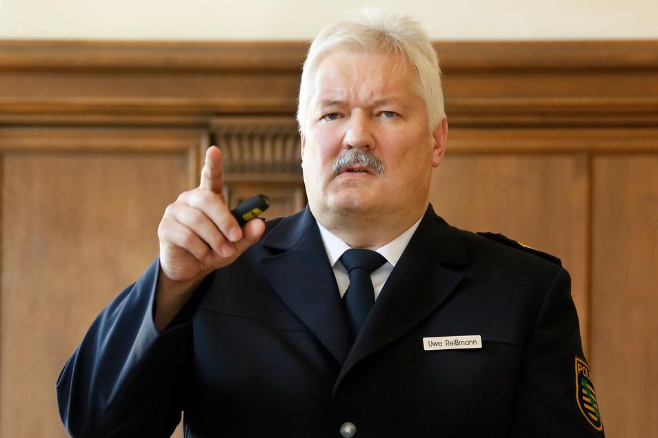 Der erfahrene Chemnitzer Ex-Polizeipräsident Uwe Reißmann ist ab sofort als freier Mitarbeiter und Berater im Landkreis Mittelsachsen unterwegs. Er ist bei der Stabsstelle Extremismusbekämpfung angesiedelt.