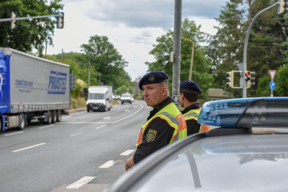 Polizisten kontrollieren das Fahrverbot an der Kontrollstelle Deutschenbora.