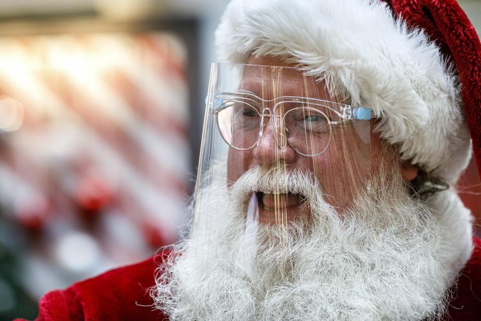 Auch der Weihnachtsmann schützt sich vor Corona, aber er nimmt seine Funktion ernst und kommt zu den Kindern.
