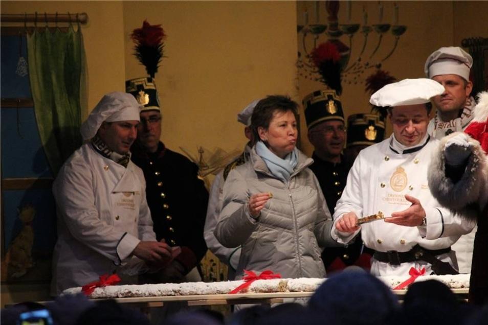 Bei der Eröffnung ließ sich Oberbürgermeisterin Helma Orosz (Mitte) den Stollen schmecken.