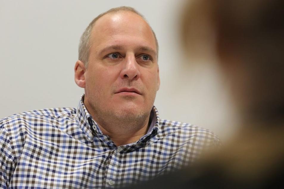 EHC-Chef Sascha Korte verdient seit Jahren an der Flüchtlingskrise.