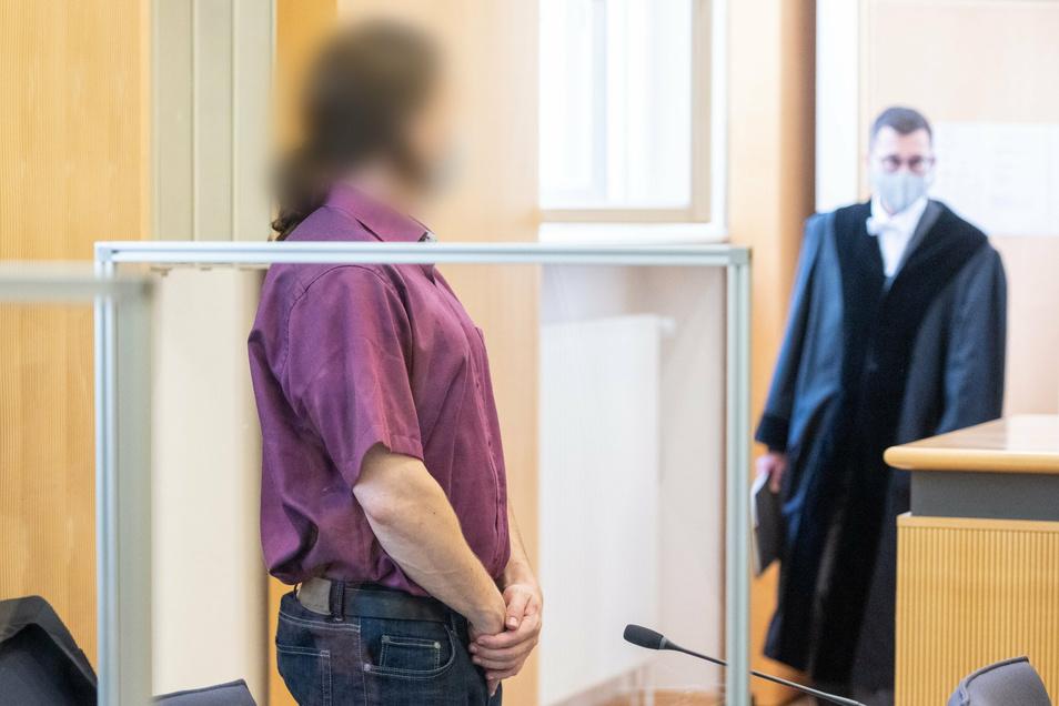 Der Angeklagte (l) im Landgericht Regensburg. Nach Überzeugung der Staatsanwaltschaft hat der Mann sein Opfer mit Medikamenten getötet und die Leiche in einem Wald vergraben.