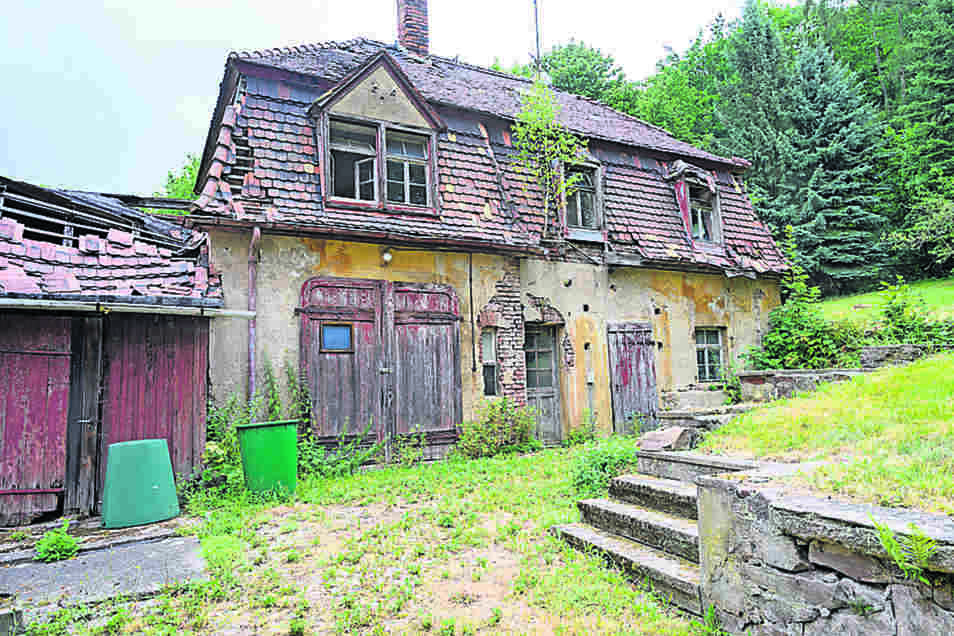 Was die Bauchs 1920 als Johannahof, vermutlich nach ihrer Erstgeborenen benannt, erbauen ließen, wird heute als Kutscherhaus bezeichnet und ist in desolatem Zustand.