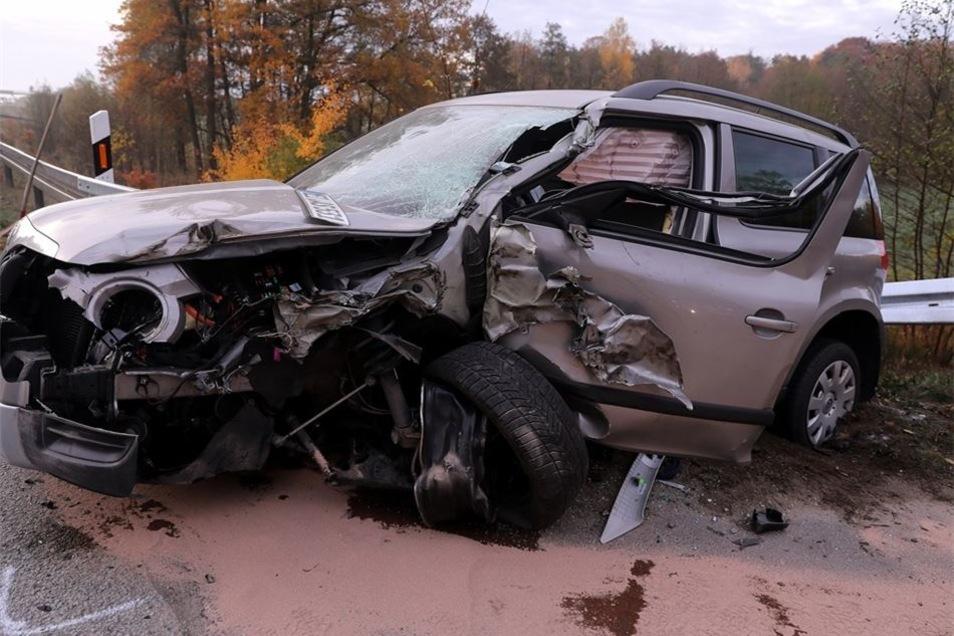 Ein 60 Jahre alter Fahrer eines Skoda stößt mit einem Holzlastzug zusammen.