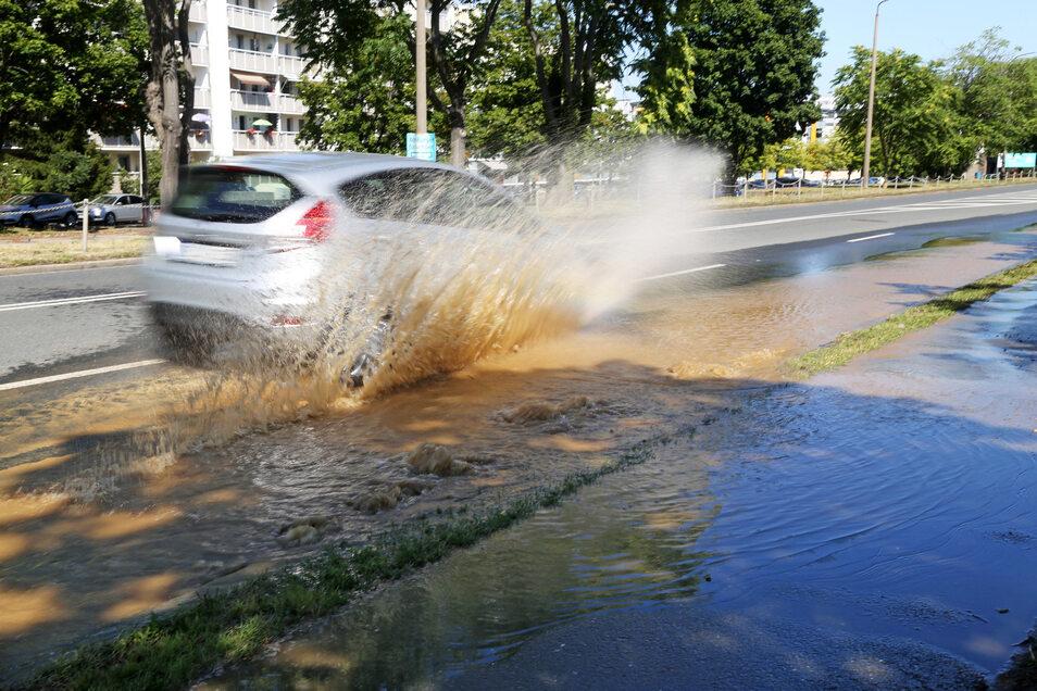 An der Rudolf-Breitscheid-Straße steht derzeit die rechte Fahrbahn unter Wasser.