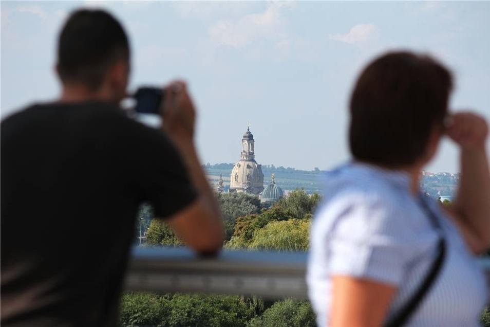 Die Kuppeln von Frauenkirche und Kunsthochschule sind von jedem Dresdner wohl schon fotografiert worden. Doch die Perspektive von der Waldschlößchenbrücke ist neu.