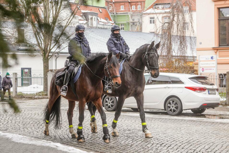 Hoch zu Ross geht es auf Streife. In regelmäßigen Abständen unterstützt die Polizeireiterstaffel das Bautzener Polizeirevier.