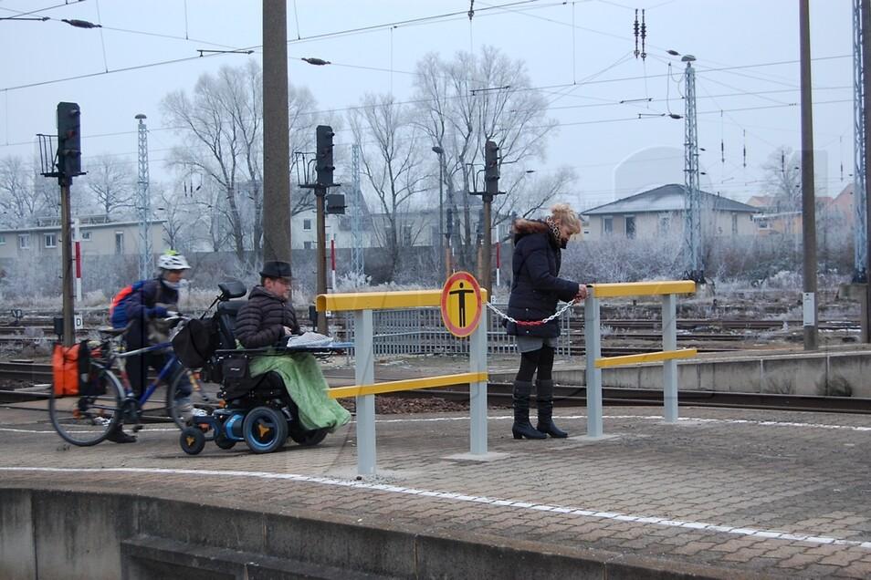 Das neue Absperrgitter zwischen den Bahnsteigen 1 und 2 steht genau am Ende einer schiefen Ebene.