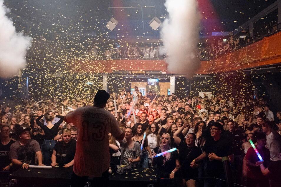 Zur großen Opening Show um kurz vor Mitternacht war der L2 Club Görlitz am Sonnabend gut gefüllt.