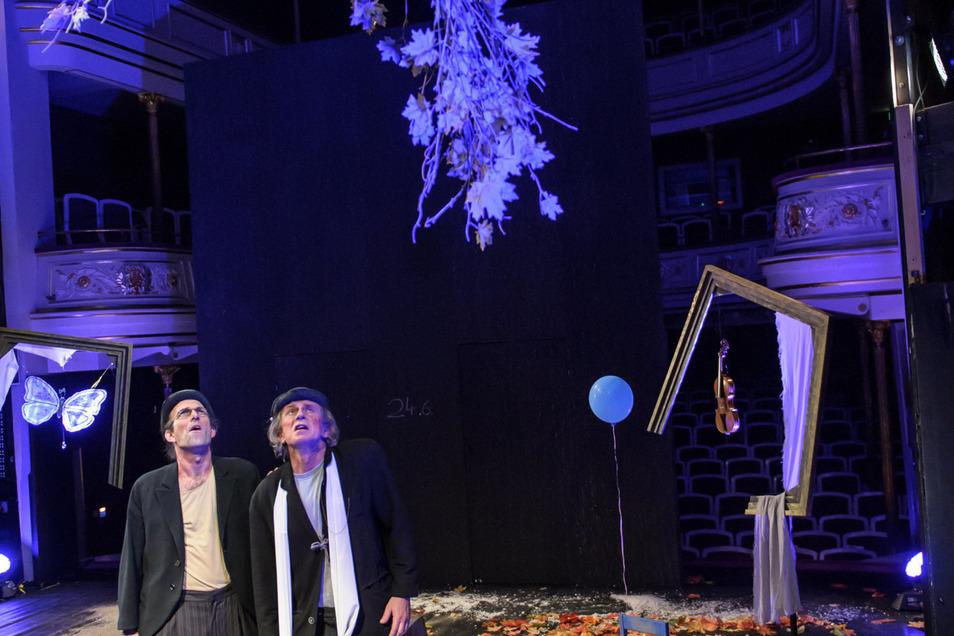 Martin Ennulat (Wladimir) und Ralph Sählbrandt (Estragon) warten auf Godot. Das Stück hat am 16. November Premiere.