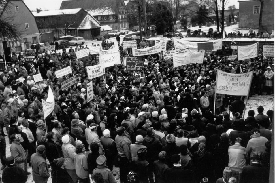 Die Demonstration gegen den Abriss von Klitten für die Kohle am 20. Januar 1990 vereinte vor der Gaststätte Schuster geschätzte 1.000 Menschen von überall her.
