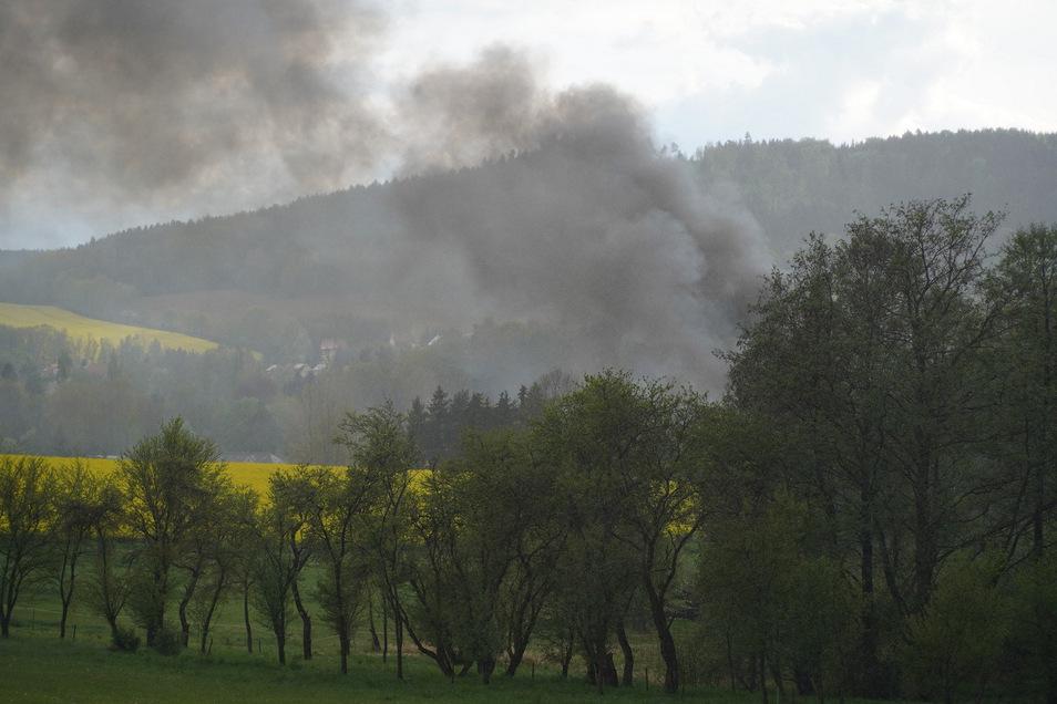 Dicker Rauch über Großpostwitz ist am Freitagnachmittag schon von weitem zu sehen.