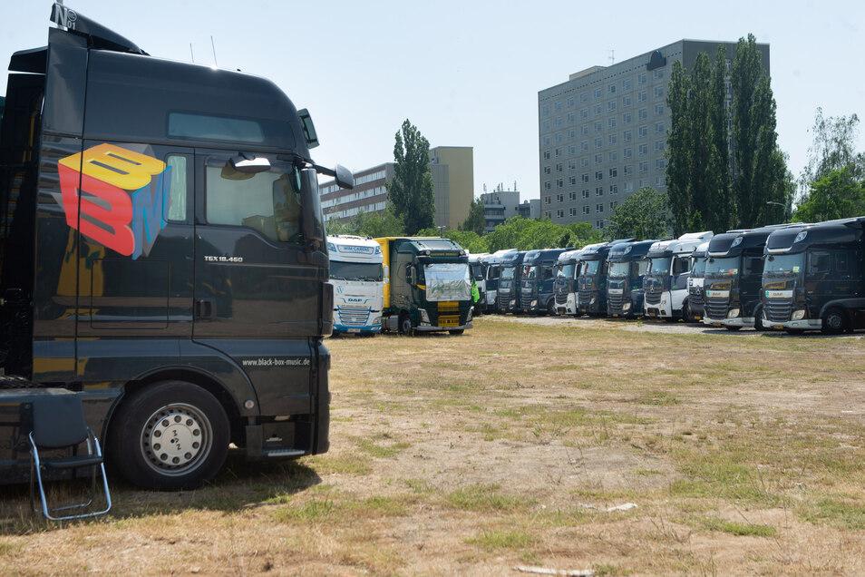 An der Strehlener Straße sind die Trucks für Konzert-Equipment geparkt.