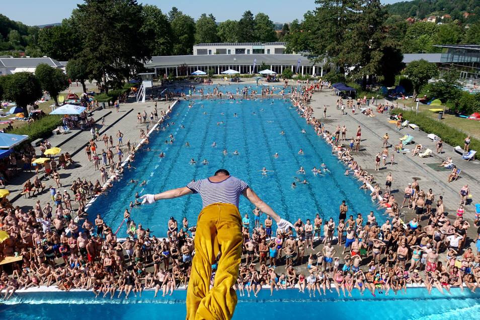 Großveranstaltungen sollen bis Ende des Sommers tabu sein. Ein heißer Tag kann weit über 2.000 Menschen ins Geibeltbad locken.