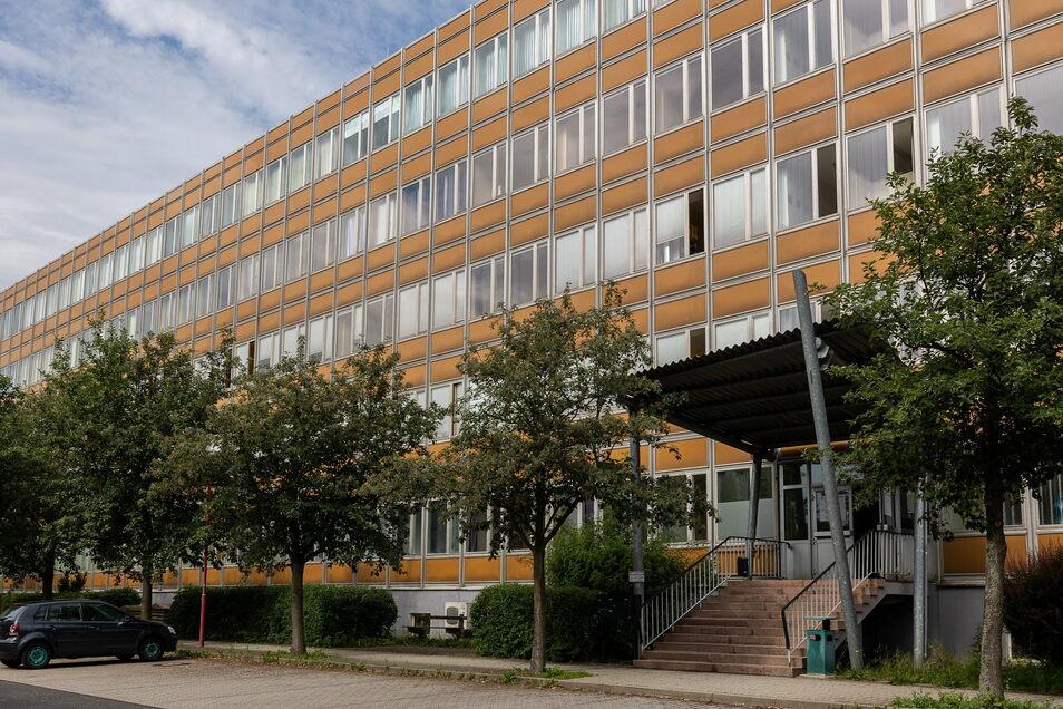 Das Hauptgebäude der ehemaligen Ingenieurschule und des Beruflichen Schulzentrums in Dipps. Heute ist hier noch das Jobcenter untergebracht. Große Teile des Hauses stehen aber leer.