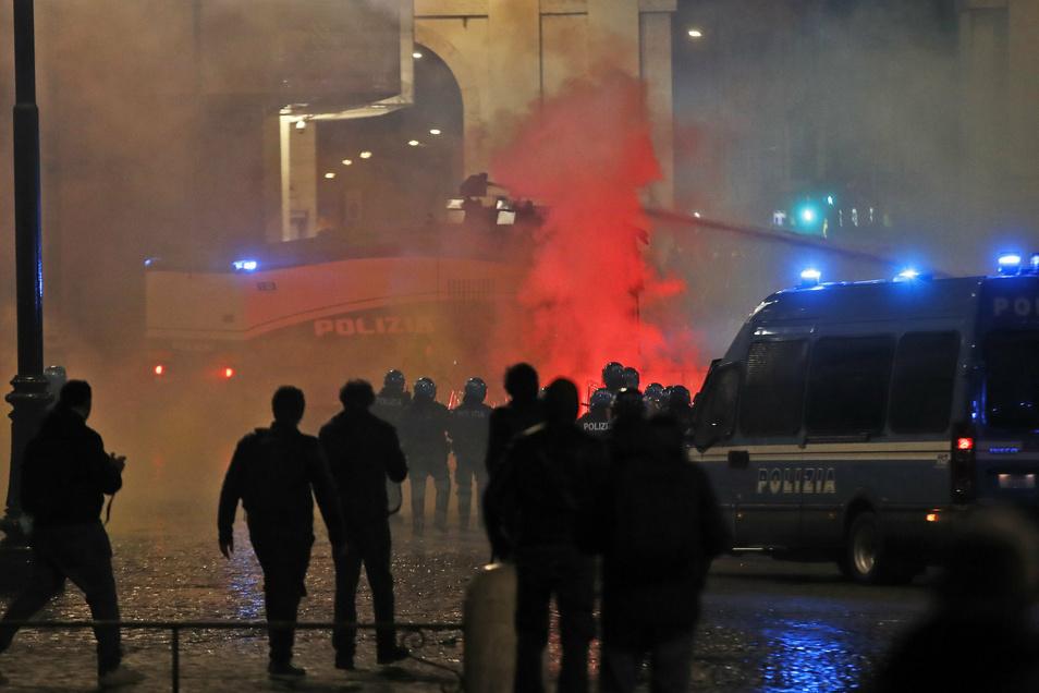 Bei Protesten gegen die Regierungsmaßnahmen zur Eindämmung der Corona-Pandemie hat es in Rom gewalttätige Zusammenstöße zwischen Demonstranten und der Polizei gegeben.