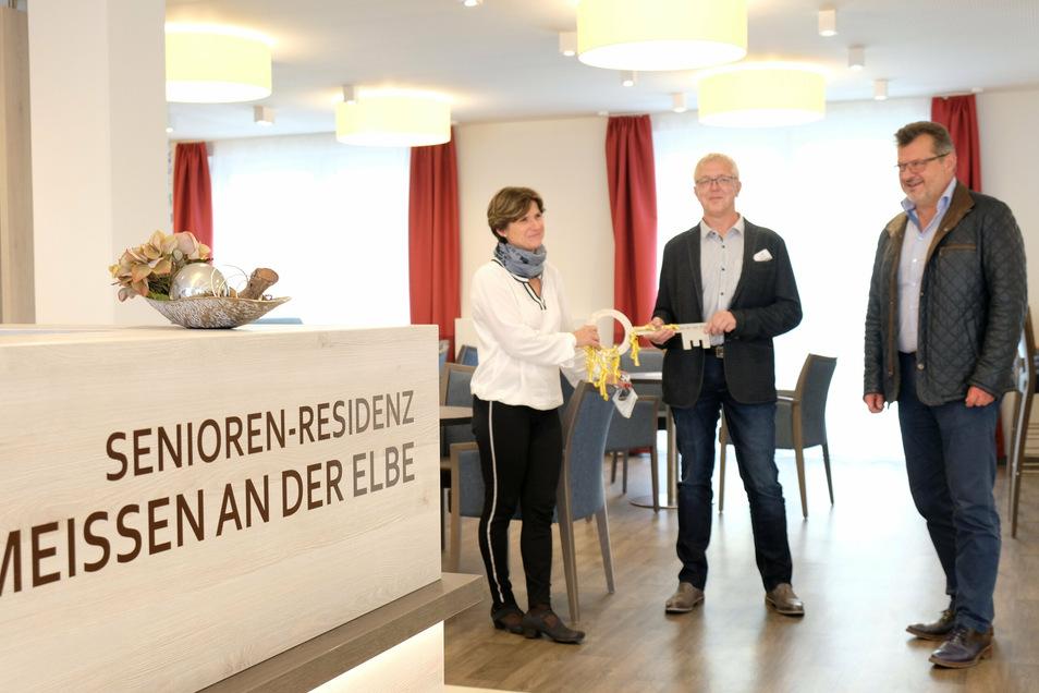 Symbolische Schlüsselübergabe: Für ein Foto in der Zeitung nehmen Pflegedienst-Leiterin Verena Heder-Weider und Einrichtungsleiter Andreas Thiel vom Bauherren Andreas Haas (v.l.nr.) einen überdimensionalen Schlüssel entgegen.