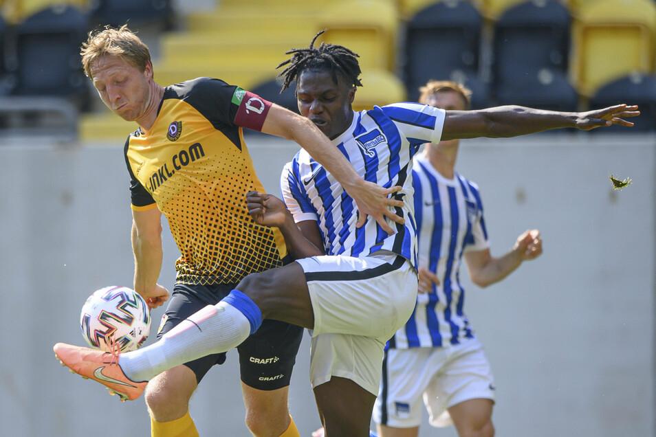 Marco Hartmann (l.) übernahm in Dynamos erstem Testspiel beim 2:2 gegen die U23-Auswahl von Hertha BSC im Zweikampf mit Christalino Atemona - nach der Pause die Kapitänsbinde. Am Samstag beim 0:2 in Berlin gegen Union verzichtete er darauf.