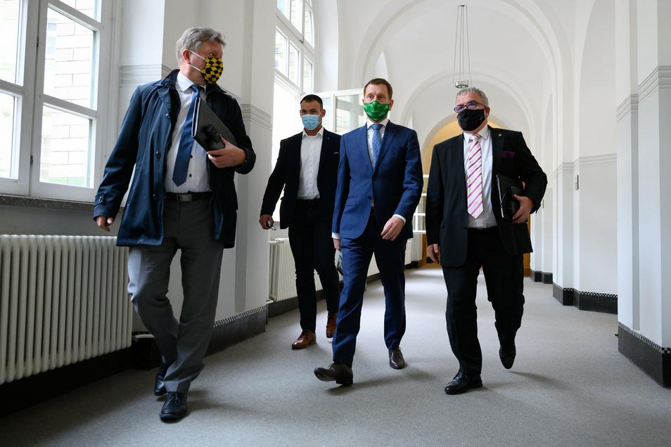Radebeuls Oberbürgermeister und Sachsens Städtetagspräsident Bert Wendsche (links) in der Staatskanzlei während der Beratungen zu den Corona-Festlegungen mit Ministerpräsident Michael Kretschmer (Mitte).