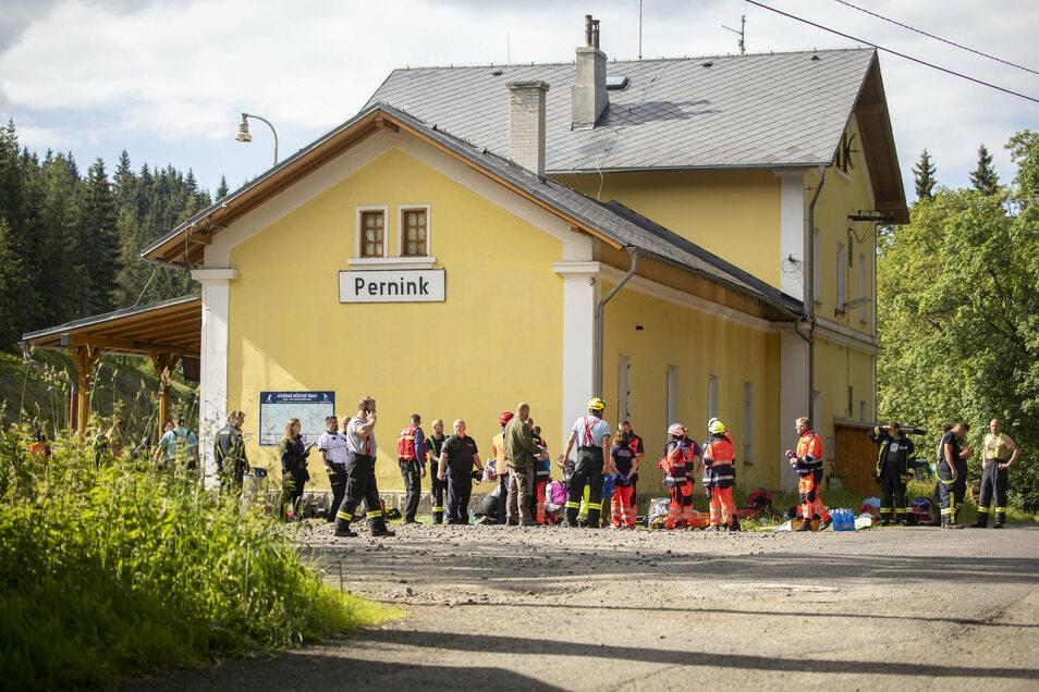 Rettungskräfte stehen am Bahnhof Pernink.