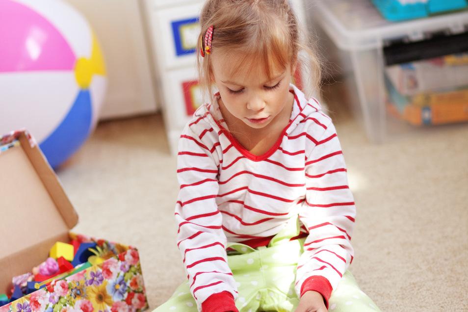 Die ganze Spielewelt zu Füßen: Ein heller Teppichboden im Kinderzimmer ist fleckentechnisch sicher nicht die erste Wahl. Aber er schluckt Geräusche, ist schön kuschelig und bindet Staub besser als Hartböden.