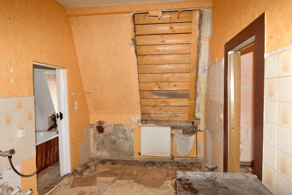 Im Dachgeschoss war eine Gaube so verrottet, dass sie der Vorbesitzer abbauen und das Loch mit Brettern zunageln musste. Die Teile der Dachgaube liegen noch in der leer stehenden Wohnung.