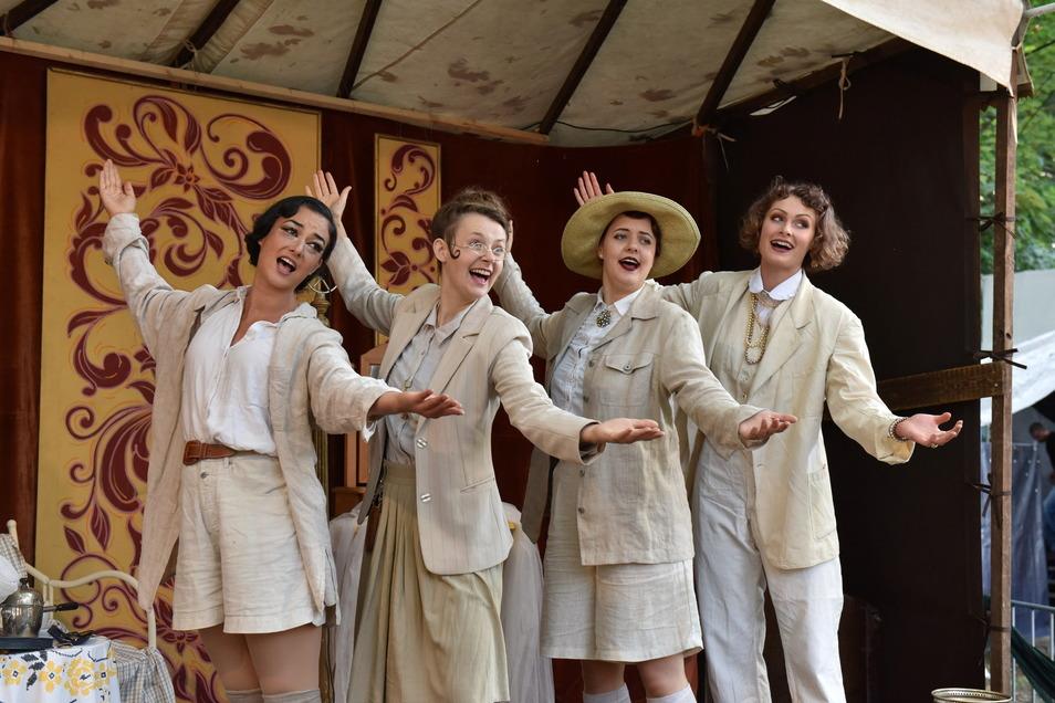 Kultur gab es auch: Die Albert's Sisters präsentierten auf der Bühne unterhalb des Berufsschulzentrums ihre 1920er-Jahre-Show.