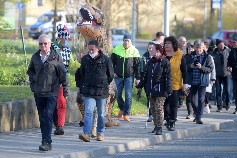 """Viele der Ring-""""Spaziergänger"""" waren am Montagabend ohne Mund-Nasen-Schutz unterwegs."""