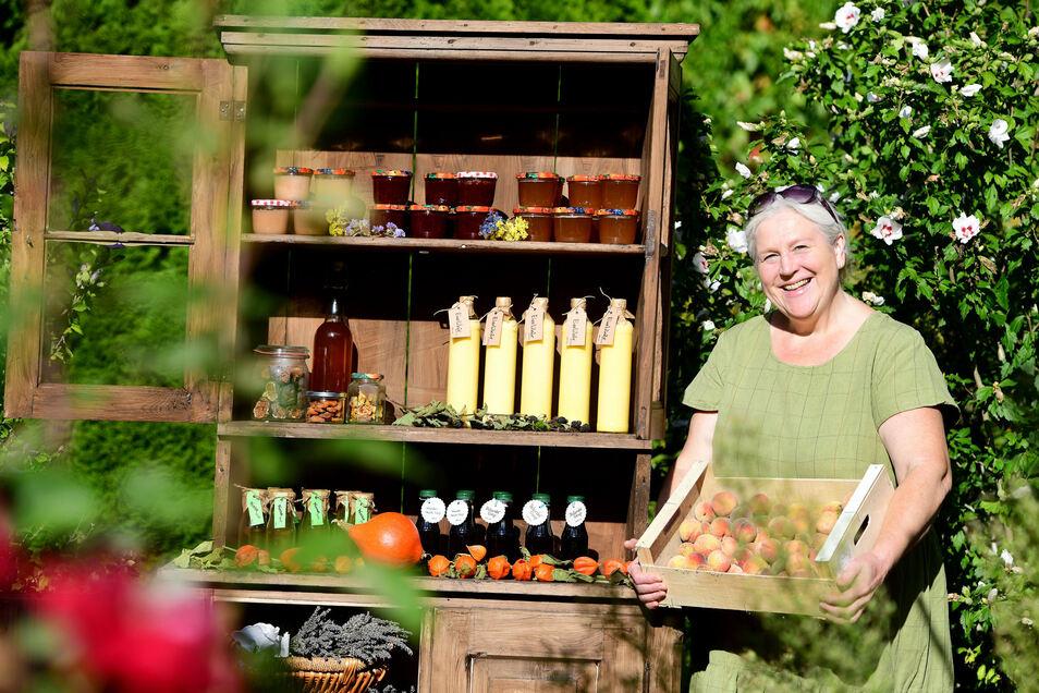 Annegret Knieß erntet in ihrem riesigen Rosenhainer Garten die Früchte für ihre Marmeladen.