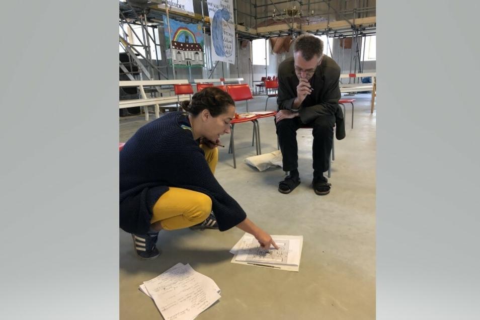 Die Bühnenbildnerin Gretl Kautzsch (links) hat schon für das Theater Zittau Welten erschaffen - hier entwirft sie mit Peter Vogt das Labyrinth für den Kirchensaal.