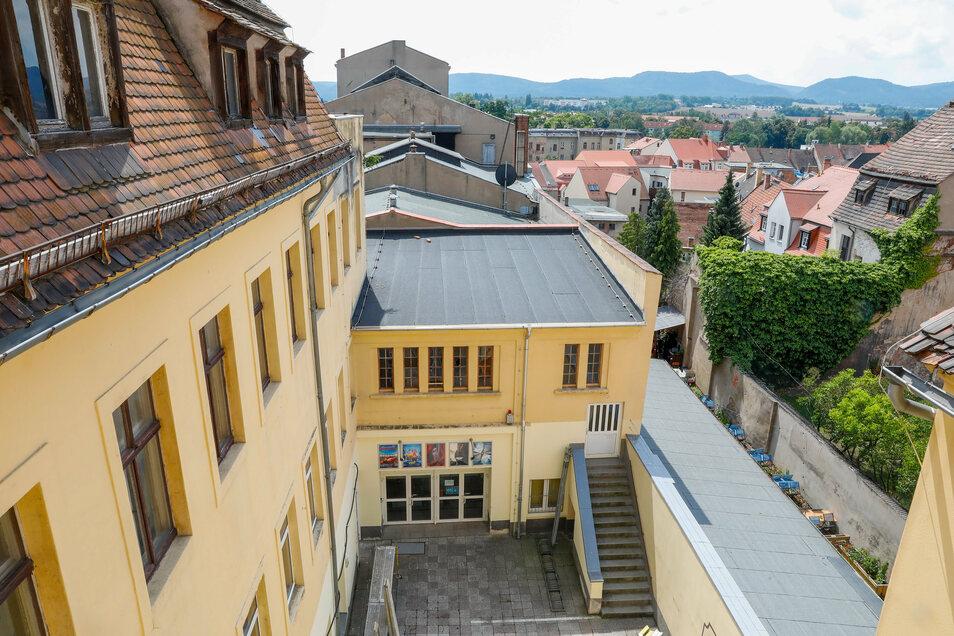 Von der Terrasse des Vorderhauses hat man einen schönen Blick in Richtung Gebirge. Diesen Blick sollen bald auch die Hotelgäste genießen.