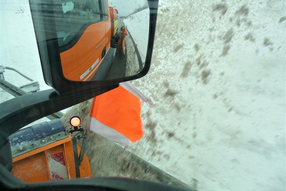 Das Gefühl für die Breite: Beim Schneeräumen liegen zwischen Schiebeschild und Leitplanke nur ein paar Zentimeter.
