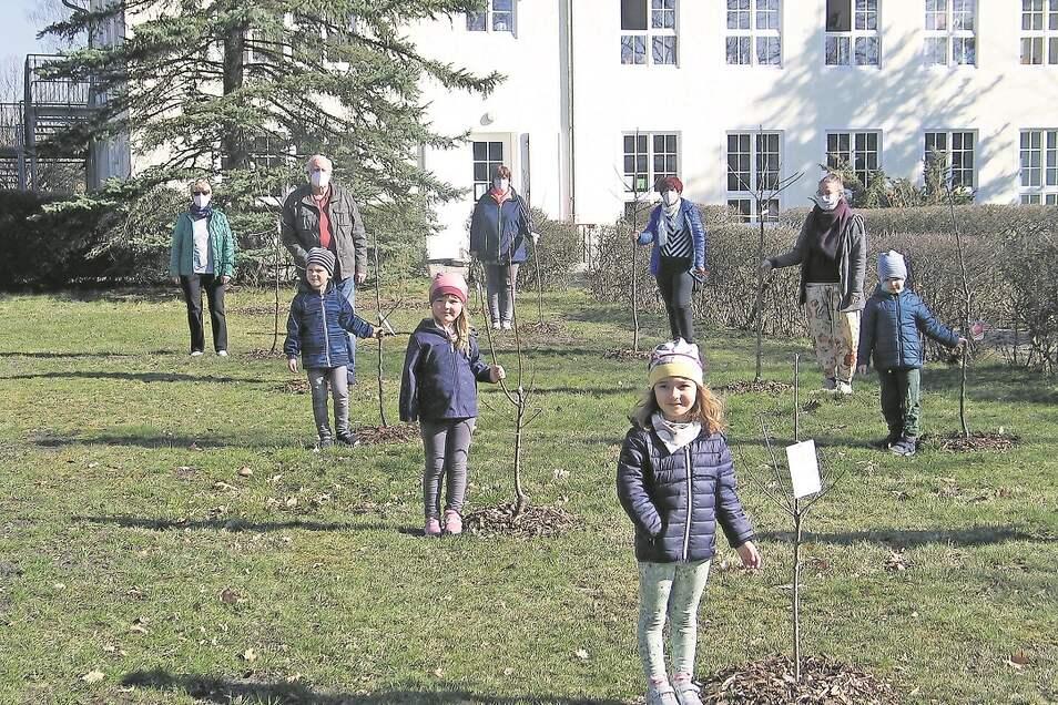 Gestern hat der Seniorenclub Kraftwerk Boxberg die Streuobstwiese samt Obstbäumen an die Kinder der Kita Ulja übergeben. Für das Foto galt wegen Corona selbstverständlich Mindestabstand.