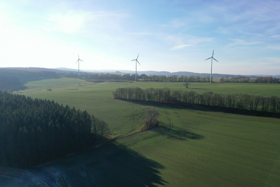 Hier ist der Bau eines neuen Windkraftwerks östlich von Hennersdorf geplant, höher als die bisherigen, aber auch weiter vom Dorf entfernt.
