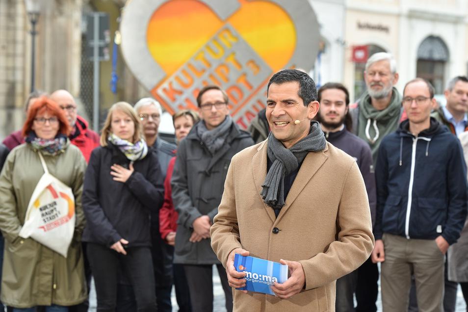 ZDF-Morgenmagazinmoderator Mitri Sirin meldete sich am Freitag live vom Zittauer Marktplatz. Immer gut im Bild: das Kulturhaupstadt-Herz.