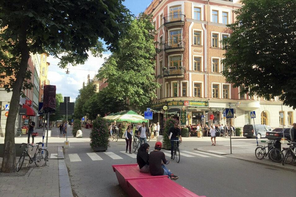 Eine autofreie Straße in Stockholm. In der Stadt sperrt man seit 2017 mehrere Straßen gleich den ganzen Sommer lang für den Auto- und Lkw-Verkehr. Von Mitte Mai bis Mitte September entstehen dort stattdessen Fußgängerzonen.