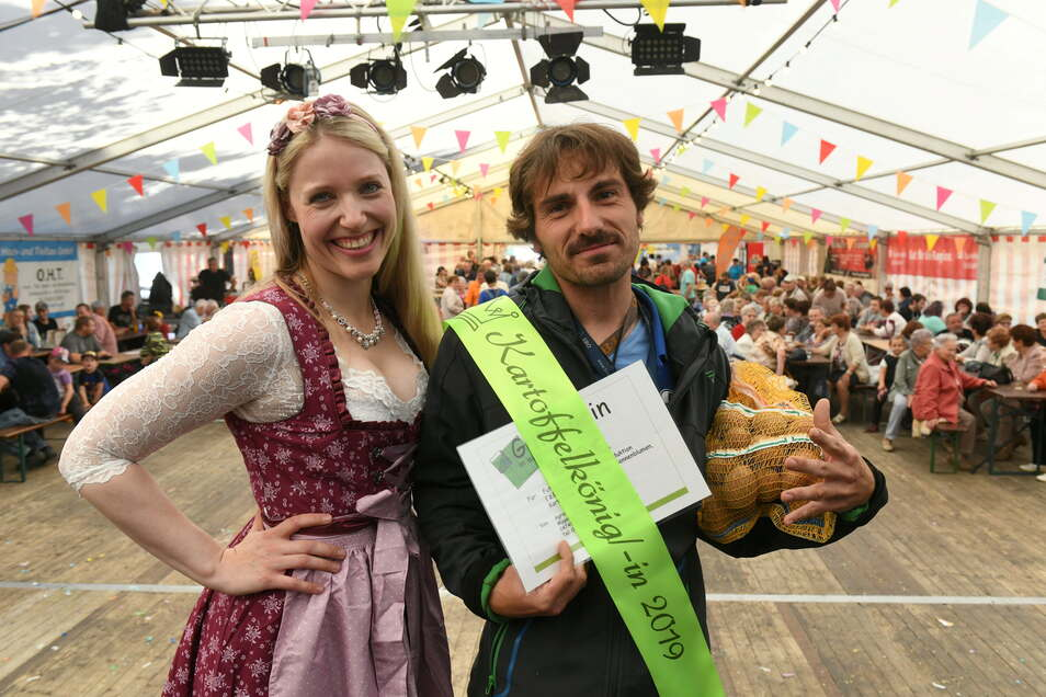 Beim Kartoffelfest tritt Denise Pönitz im Dirndl als Potato(Kartoffel)-Girl-Assistentin auf.