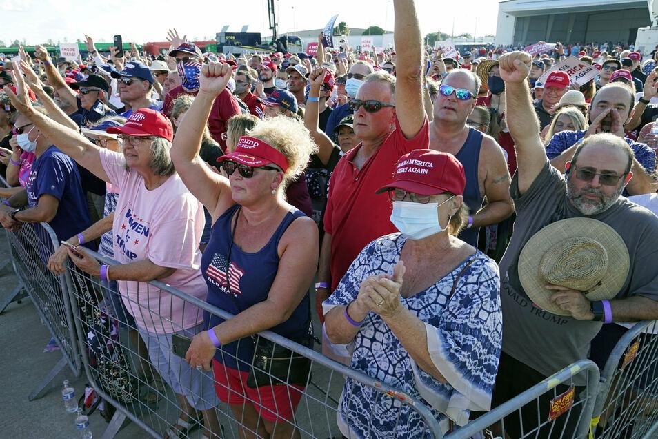 Trump-Unterstützer auf dem internationalen Flughafen Orlando Sanford.