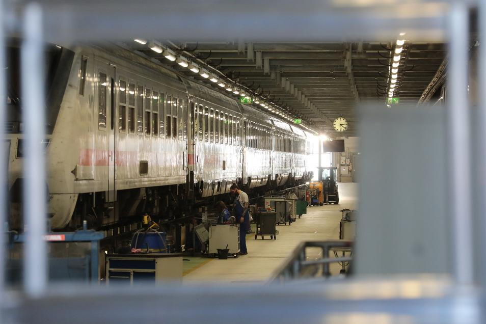 Wagen der Deutschen Bahn stehen im ICE Werk Leipzig zur Wintervorbereitung.