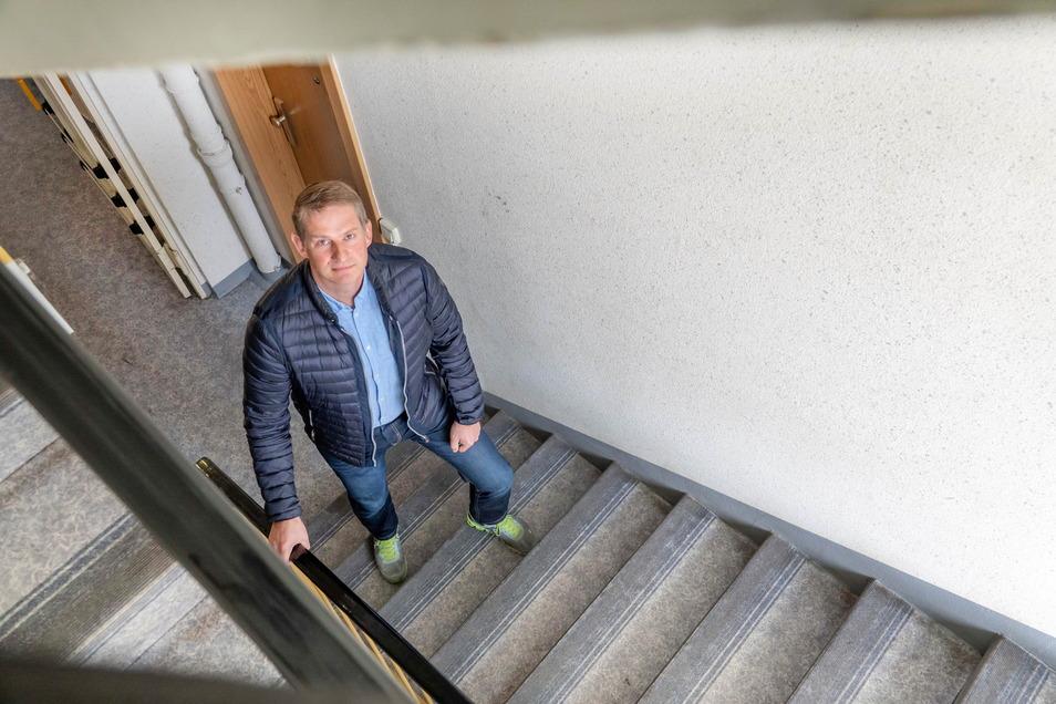 Falk Ebert steht im Treppenhaus in einem der Gröditzer Plattenbauten. Bis in die sechste Etage zu laufen, ist gerade für ältere Mieter eine Qual.