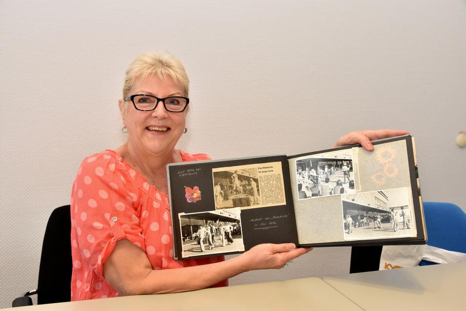 Monika Mehrfort mit ihrem Fotoalbum. Sie ist die Frau auf der Modekiste – zu sehen auf dem Bild in dem Zeitungsartikel von 1976.